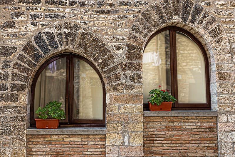 Fenster in den Fassaden stockfoto