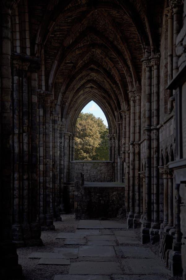Fenster in den Holyrood Abtei-Ruinen stockfotos