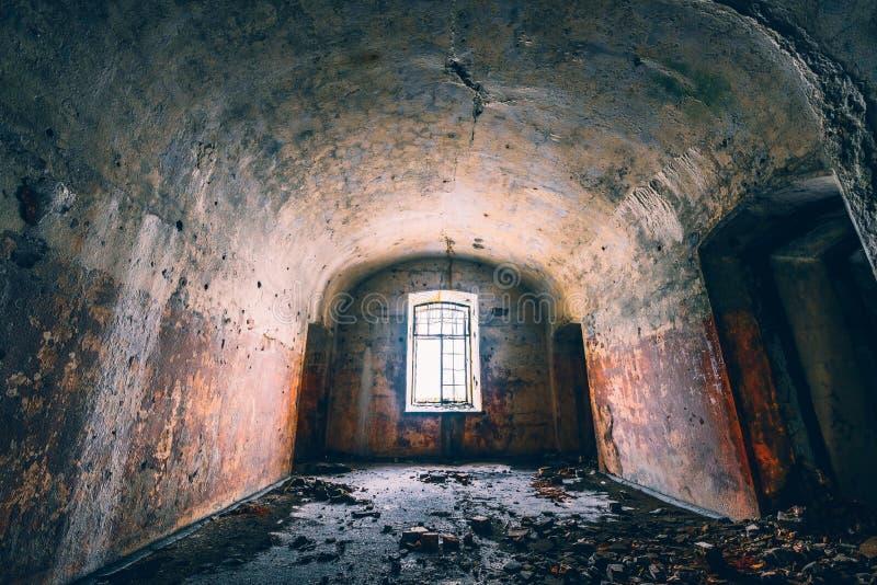 Fenster in der alten Festung Leere Halle in verlassenem Militärfort Raum im alten Schloss lizenzfreies stockbild