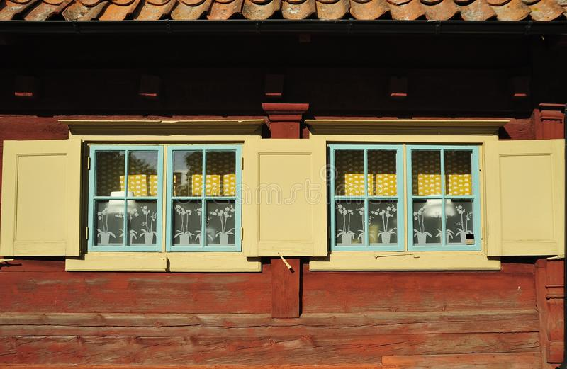 Fenster in der alten klassischen Fassade lizenzfreie stockfotos