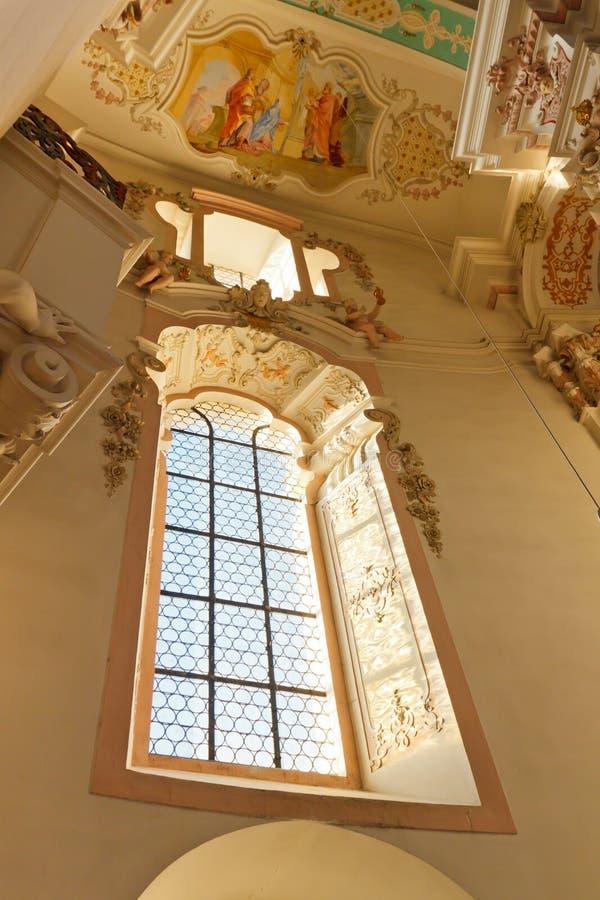 Fenster an der barocken Kirche lizenzfreie stockfotografie