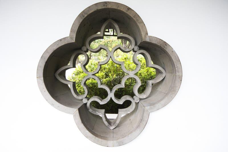 Fenster der chinesischen Art im Garten lizenzfreies stockbild