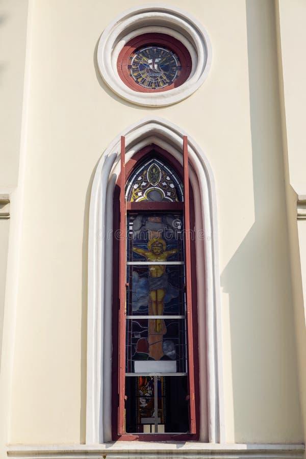 Fenster der Kirche mit Malerei von Stationen des Kreuzes oder des Kruzifixs stockbild
