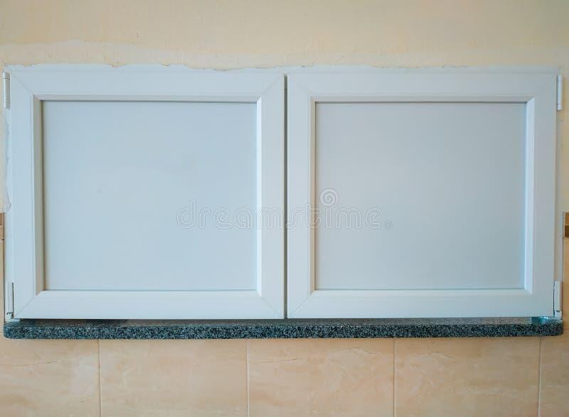 Fenster der Nahrungsmittellieferung an der Kantine oder an Esszimmer lizenzfreie stockbilder