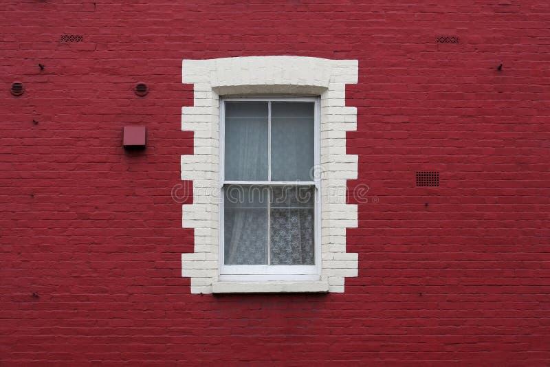 Fenster in der roten Wand stockbilder