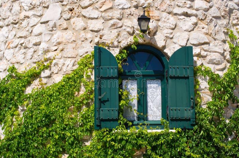 Fenster in der Steinwand lizenzfreie stockbilder