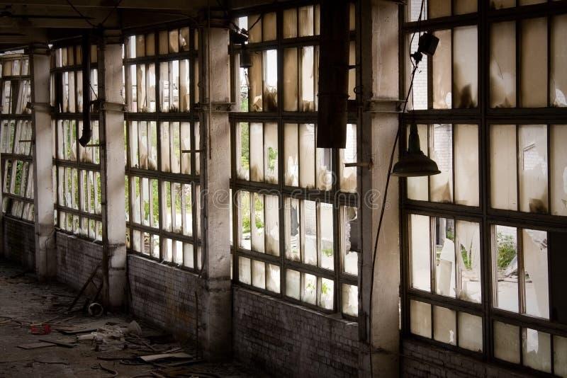 Fenster der verlassenen Fabrik stockbild