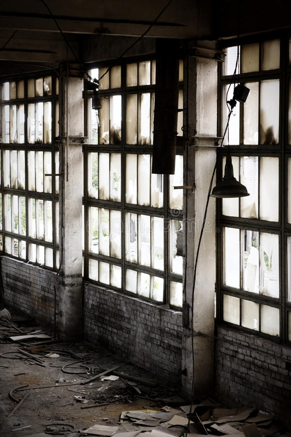 Fenster der verlassenen Fabrik stockfoto