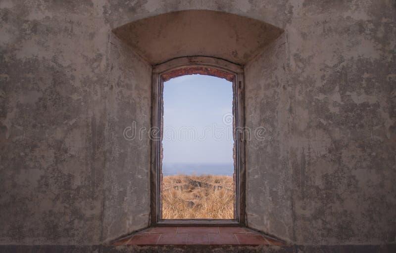 Fenster einer Ruine stockbild