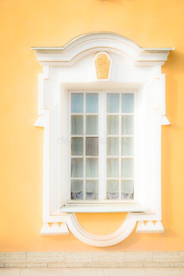 Fenster eines alten Geb?udes lizenzfreie stockbilder