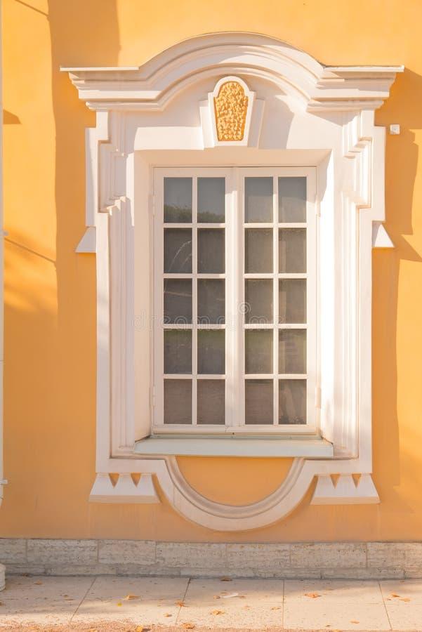 Fenster eines alten Geb?udes stockfotos