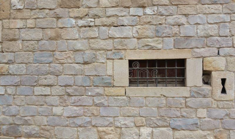 Fenster errichtet in der Steinfassade lizenzfreie stockbilder