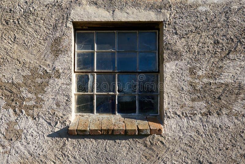 Fenster in gebrochener und verwitterter Wand draußen lizenzfreie stockbilder