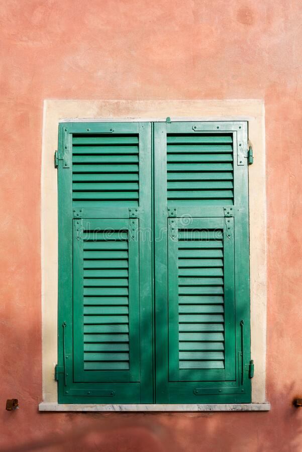 Fenster geschlossen mit Fensterläden stockfotos