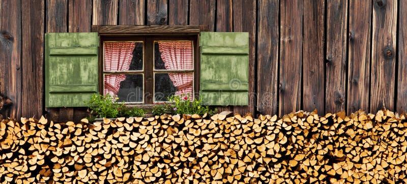 Fenster im alpinen Häuschen stockbild