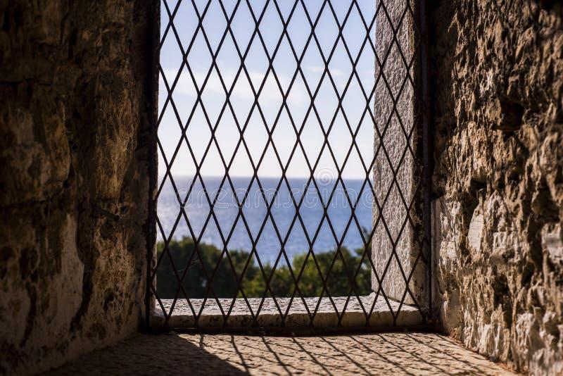 Fenster im alten Schloss stockfotos
