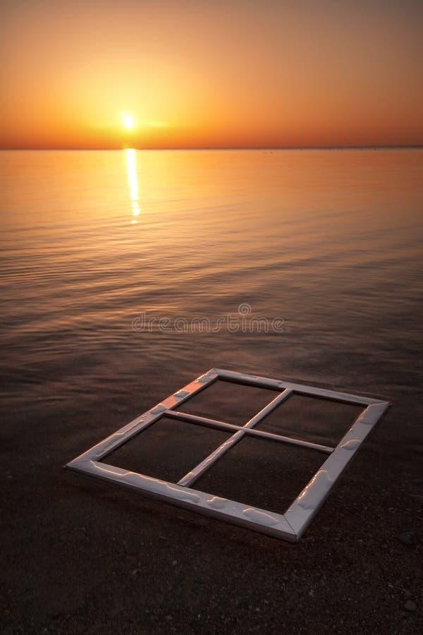 Fenster im Sonnenaufgang lizenzfreie stockbilder