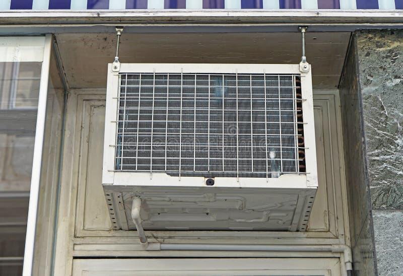 Fenster-Klimaanlage stockfoto. Bild von elektrisch, signalformer ...