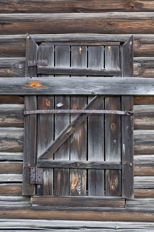 Fenster mit alten Fensterläden von den Brettern Altes Protokoll-Haus stockbild
