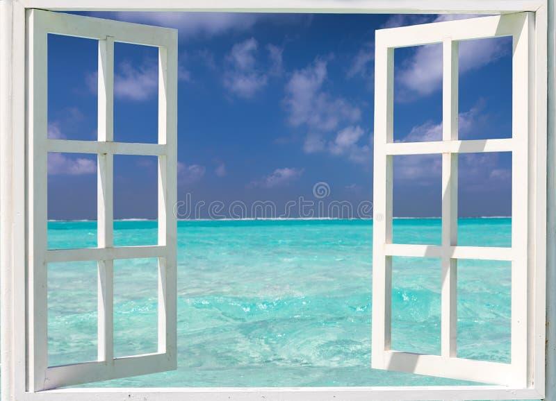 Fenster mit Ansicht zum Türkiswasser und zu den blauen Himmeln stockfotos