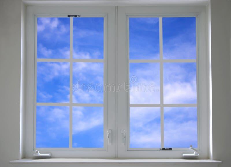 Fenster mit blauem Himmel lizenzfreies stockfoto