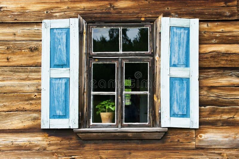 Fenster mit blauen Blendenverschlüssen stockbilder
