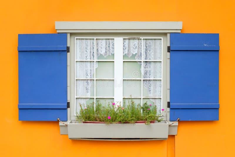 fenster mit blume und blaue fensterl den ffnen sich auf gelber wand stockfoto bild von. Black Bedroom Furniture Sets. Home Design Ideas