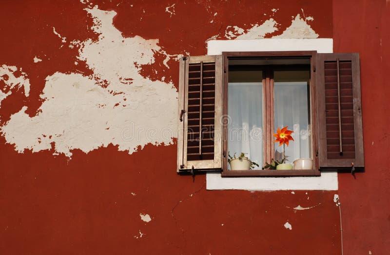 Fenster mit Brown-Blendenverschlüssen, Izola stockfotos