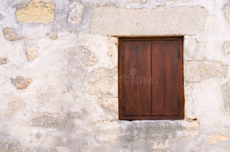 Fenster mit Brown-Fensterläden lizenzfreies stockbild