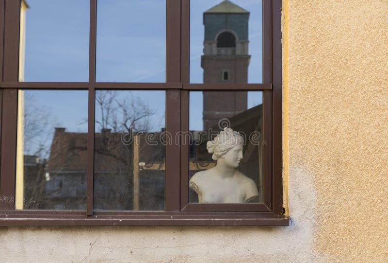 Fenster mit dem weiblichen Torso stockbilder