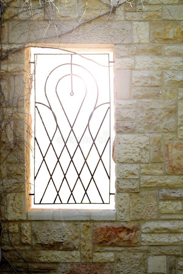 Fenster mit einem Gitter lizenzfreies stockfoto