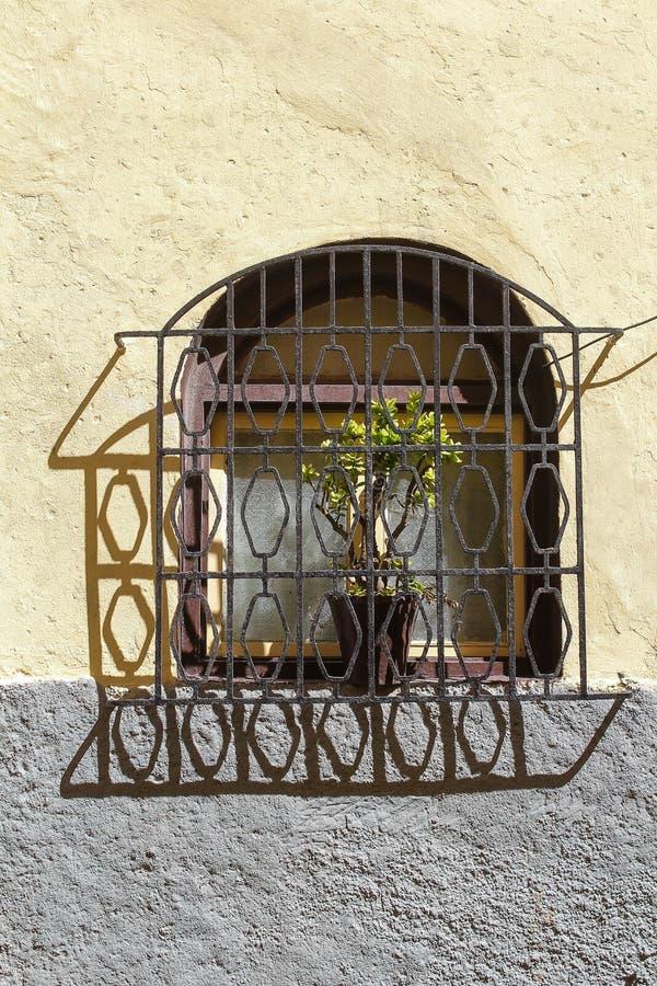 Fenster mit einem Gitter, EL Jadida, Marokko stockbild
