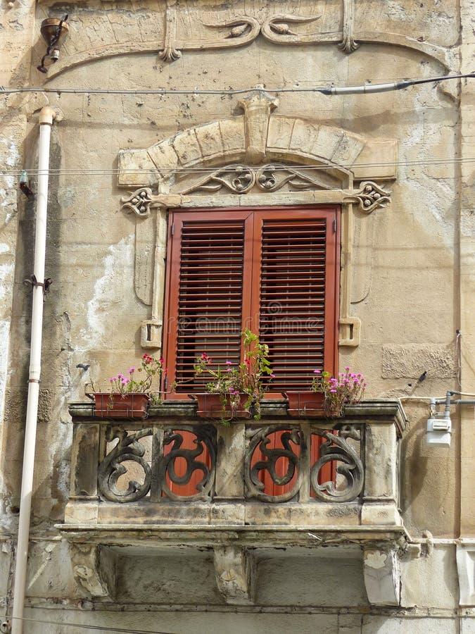 Fenster mit einem kleinen barocken Artbalkon in Palermo in Sizilien, Italien stockbilder