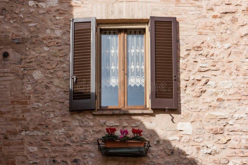 Fenster mit eingemachten Blumen Spello, Umbrien, Italien lizenzfreie stockfotografie