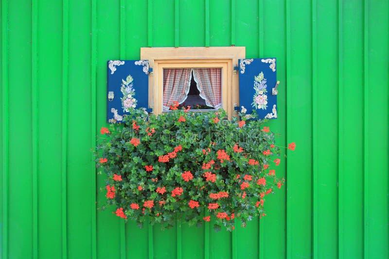 fenster mit gemalten fensterl den und blumenkasten stockfoto bild von deutsch fassade 38694494. Black Bedroom Furniture Sets. Home Design Ideas