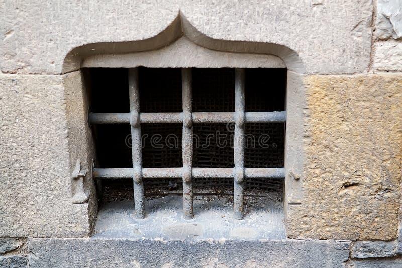 Fenster mit Gitter auf einem Hintergrund lizenzfreie stockfotos