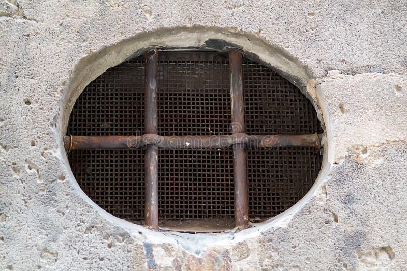 Fenster mit Gitter auf einem Hintergrund stockbild