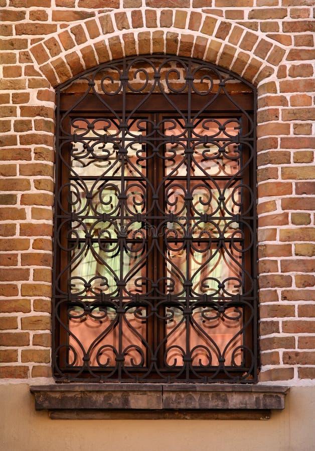 Fenster mit gut verziertem Grill lizenzfreies stockfoto