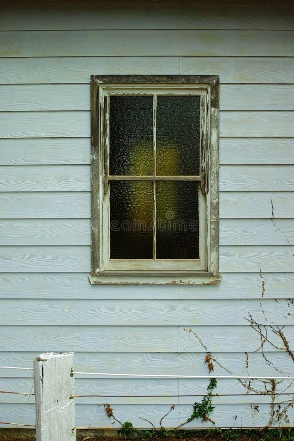 Fenster mit Mattglas, Holzrahmen auf Altbau lizenzfreie stockbilder