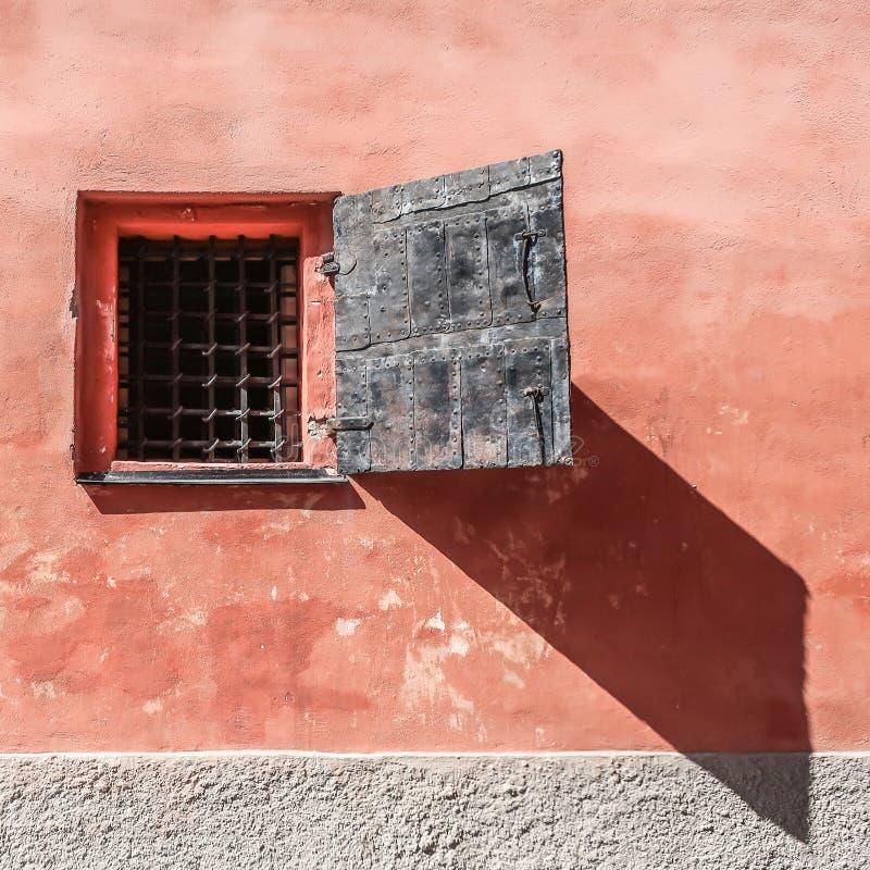 Fenster mit Metallgittern lizenzfreie stockfotos