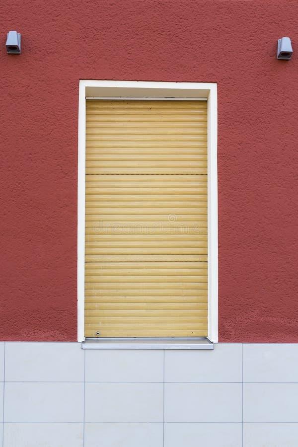 Fenster mit Rollenfensterladen lizenzfreie stockbilder