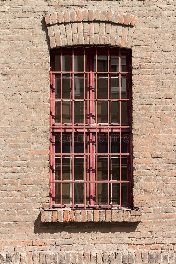 Fenster mit roten Gittern lizenzfreies stockfoto