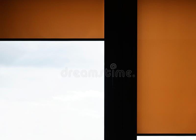 Fenster mit Sand farbigen Rollenvorhängen Figürchen, die auf dem Recht und dem Rest auf einem stockbilder