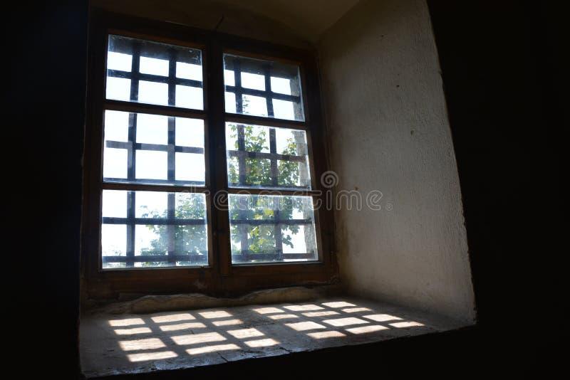Fenster mit Schatten lizenzfreie stockbilder