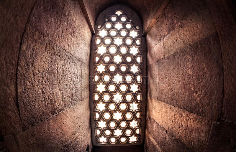 Fenster mit sunglow in Qutub Minar stockfoto