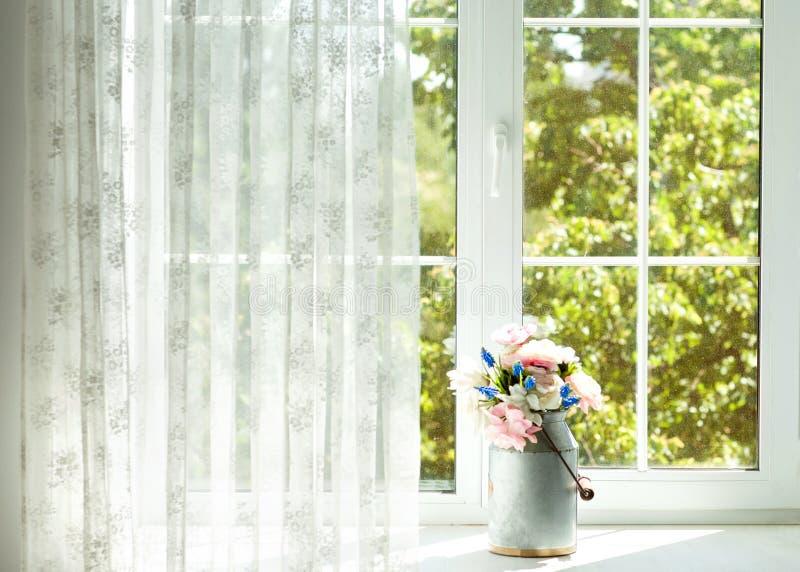 Fenster mit Vorhängen und Blumen stockbild