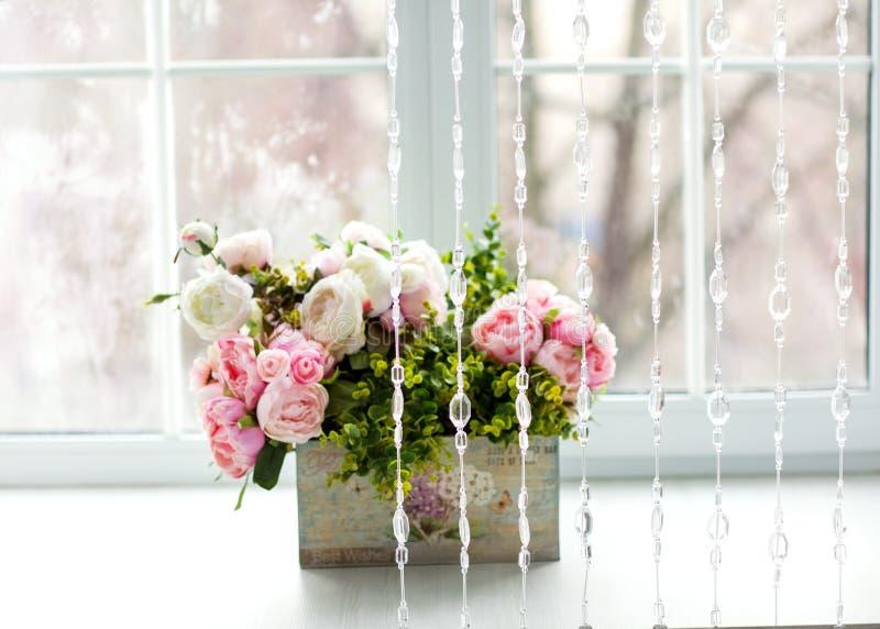 Fenster mit Vorhängen und Blumen stockfoto
