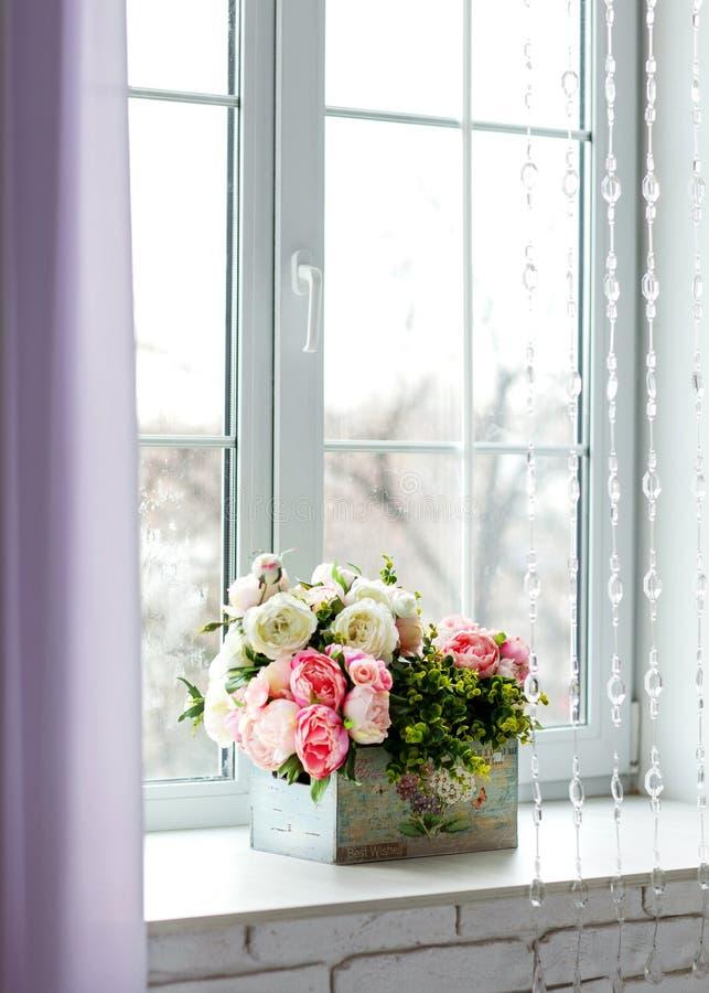 Fenster mit Vorhängen und Blumen lizenzfreies stockfoto