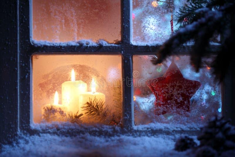 Fenster mit Weihnachtsdekoration lizenzfreies stockbild