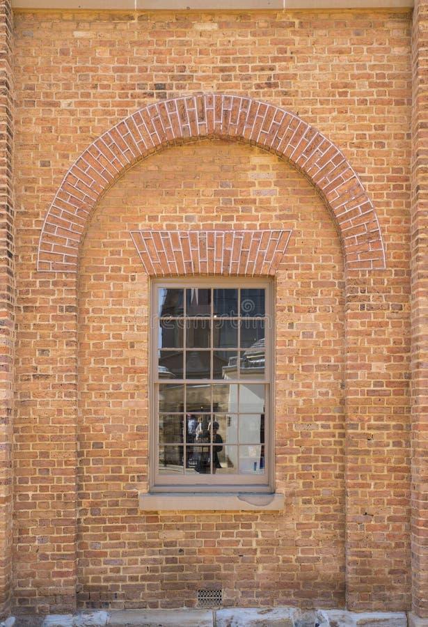 Fenster mit Ziegelstein-Sturz stockfotos